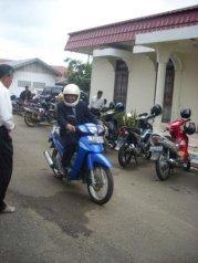 H.Ardiansyah,S.Hut naik sepeda motor dalam acara formal di Pendopo