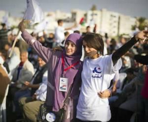 Pendukung Partai Nahdhah (Ennahda party) di Tunisia merayakan dan mengibarkan bendera ketika pertemuan akbar Partai Nahdhah di Ben Arous, Tunisia Utara, pada 21 Oktober 2011, untuk menghadapi pemilu. (Getty Images)  Sumber: http://www.dakwatuna.com/2011/11/16434/kesuksesan-pemilu-tunisia-demokratisasi-dan-islamisasi-pemerintahan/#ixzz1dMT0OA3d
