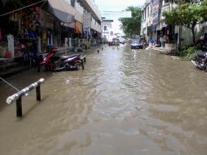 Jalan Pasar Tiga Barabai Terendam Luapan Air, 24 Desember 2011