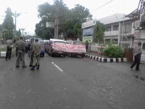 Sopir Mikrolet HSS Demo Menentang Keberadaan Bentor