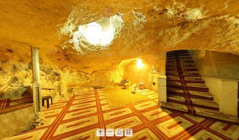 Banyak kita yang tidak tahu kalau di Baitus Sakhra / Kubah Emas / Dome of Rock ada raungan bawah tanahnya. Ini adalah foto suasana dalam ruangan itu.