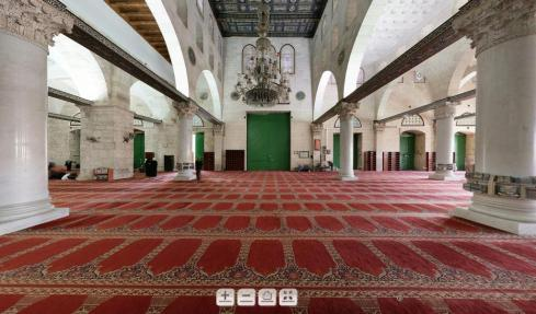 Dari dalam ruangan utama Masjid Al Aqsha (Tampak pintu utama/belakang  berwarna hijau)