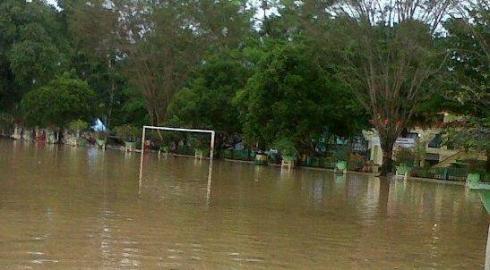 Lapangan Dwi Warna (Depan Kantor Bupati dan DPRD HST) Terendam  pada Banjir Mei 2012