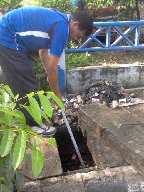 Pembersihan gorong-gorong,di dalam Kota kandangan sehingga arus air menjadi lancar