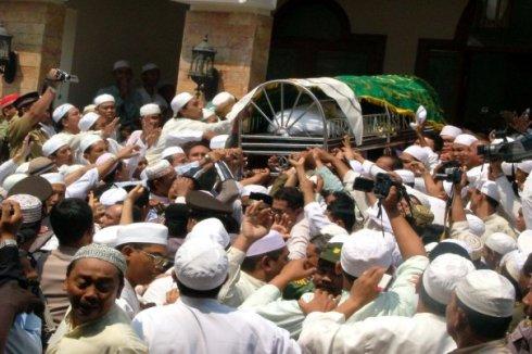 Ribuan jamaah rela berdesak-desakan demi mengantarkan Guru Sekumpul menuju tempat peristirahatannya yang terakhir.