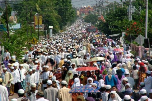 Ribuan warga Kota Martapura dan sekitarnya berduyun-duyun menuju lokasi Guru Sekumpul akan dimakamkan dan memenuhi Kawasan Jl. Sekumpul, Martapura.