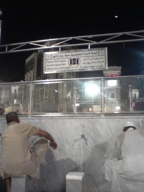 Tempat Wudhu di halaman Masjidil Haram, hal ini tidak terdapat di Masjid Nabawi. Jadi kalau mau wudhu di Masjid Nabawi maka harus pergi ke Toilet (Lantai Bawah Tanah)
